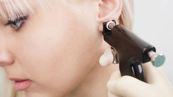 Gaatjes schieten / earpiercing